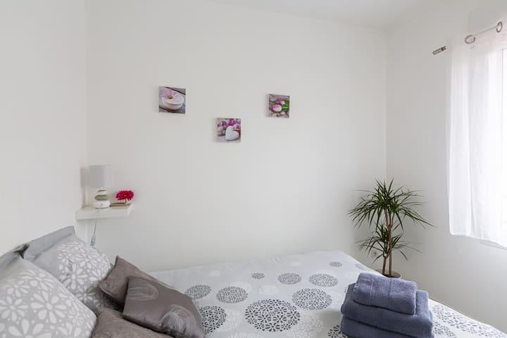 Une chambre avec un lit confortable, au calme . Tout le linge est fourni