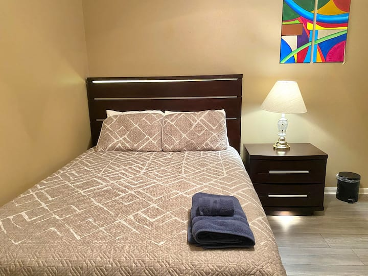 Queen bed,minutes from Woodlands Mall & I-45