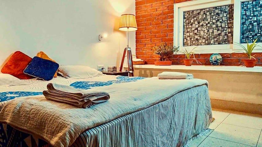 ITH • Chic Hostel Room w/ Shared Bathroom