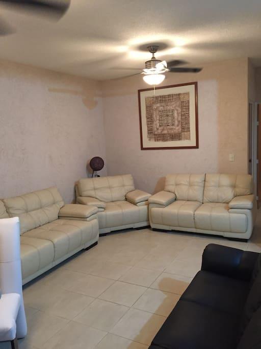 Sala amplia y cómoda para descansar después de un día de aventura