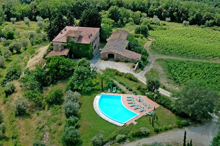 Lovely apartment with WIFI, pool, patio, panoramic view and parking, close to San Gimignano