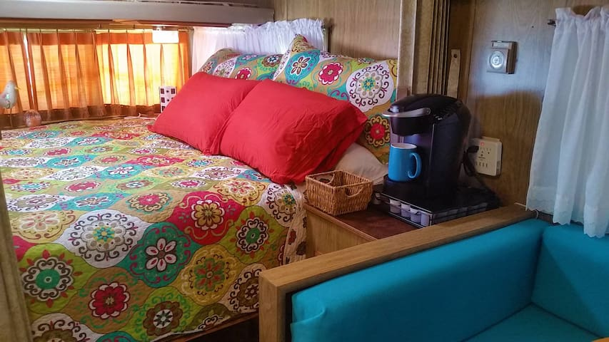 """That 70s Tow"" Cozy Glamour Camper - FUN! - Fort Worth"