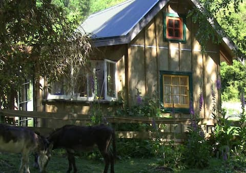 Hand crafted Tiny House in Okuti Garden
