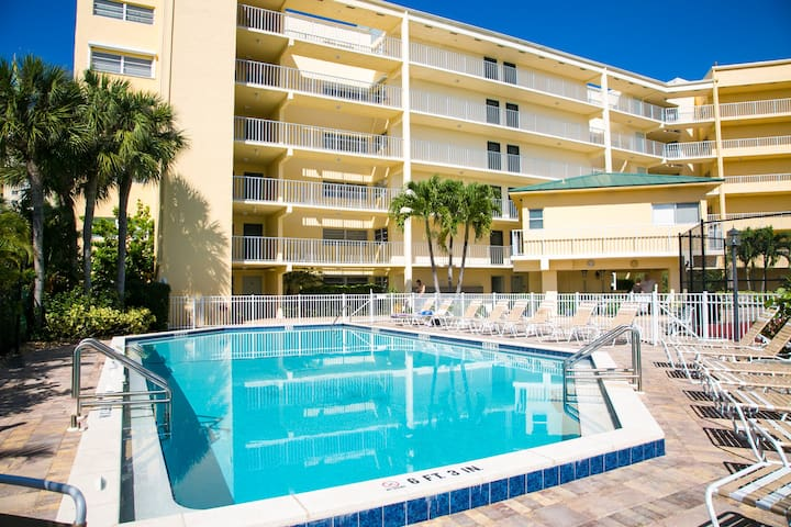 1 Bed Direct Beach Access, Close to J.W. Marriott!