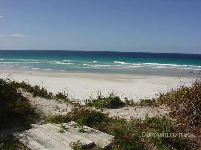 BICHENO BEACH COMBER - Beachfront holiday home - Douglas River - Casa