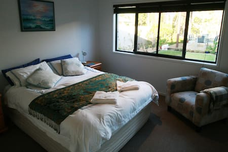 Lakeside Luxury handy to University - Sippy Downs - Bed & Breakfast