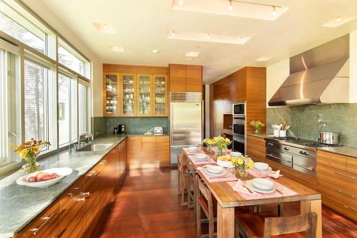 Private Contemporary Splendor with 360 degree Views