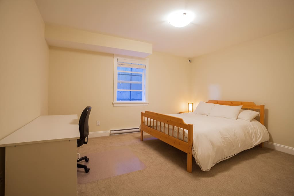 Queen size bed, large room, large desk, closet, very clean, heat control.