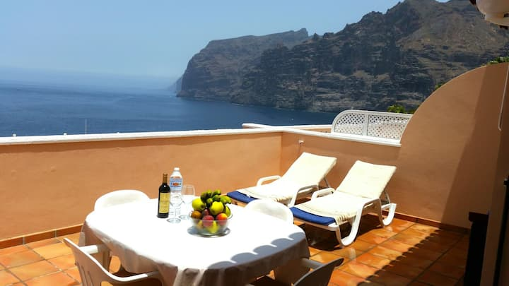 LUXURY APARTMENT WITH STUNNING VIEWS TO SEA. 1