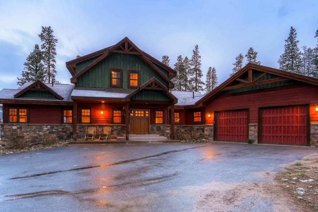This fantastic home in Baldy Mountain has a two car garage and can accommodate up to 5 vehicles.