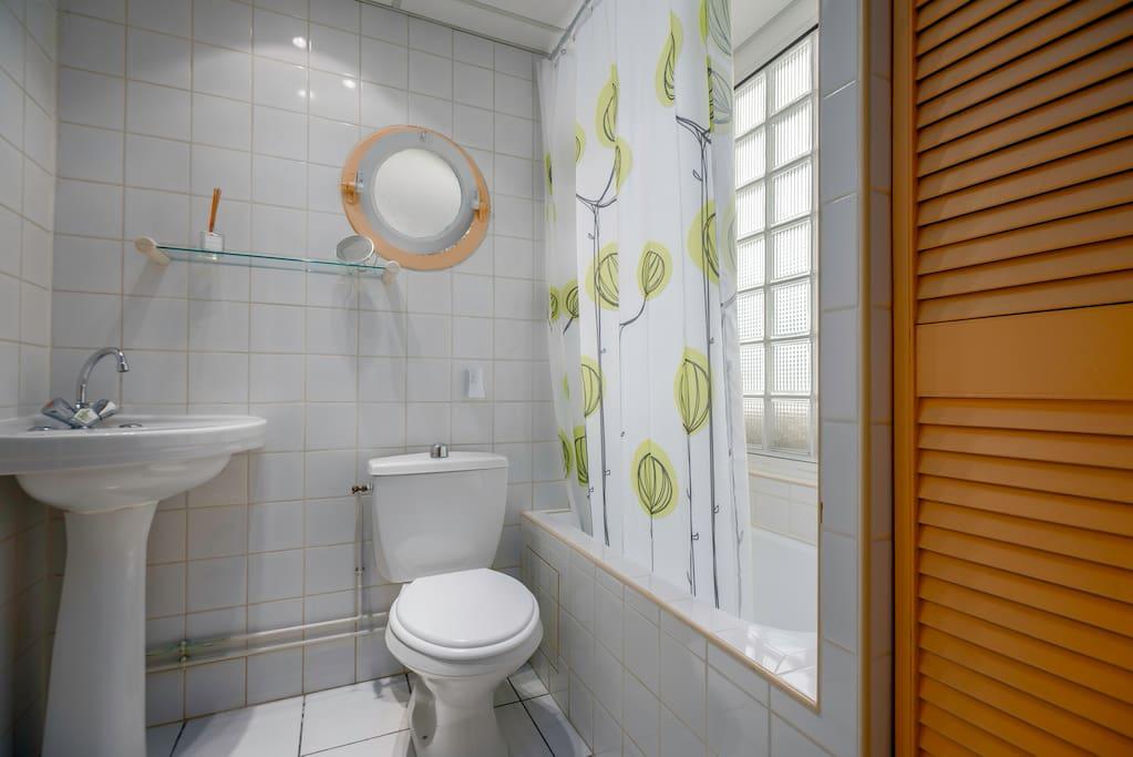 SDB  de la chambre 3  avec une baignoire