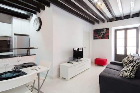 BLACK&WHITE APARTMENT. A/C & WIFI - Palma de Mallorca