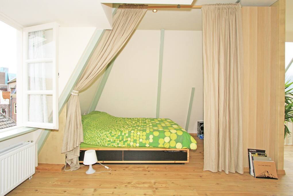 Bedroom and window towards the weteringstraat