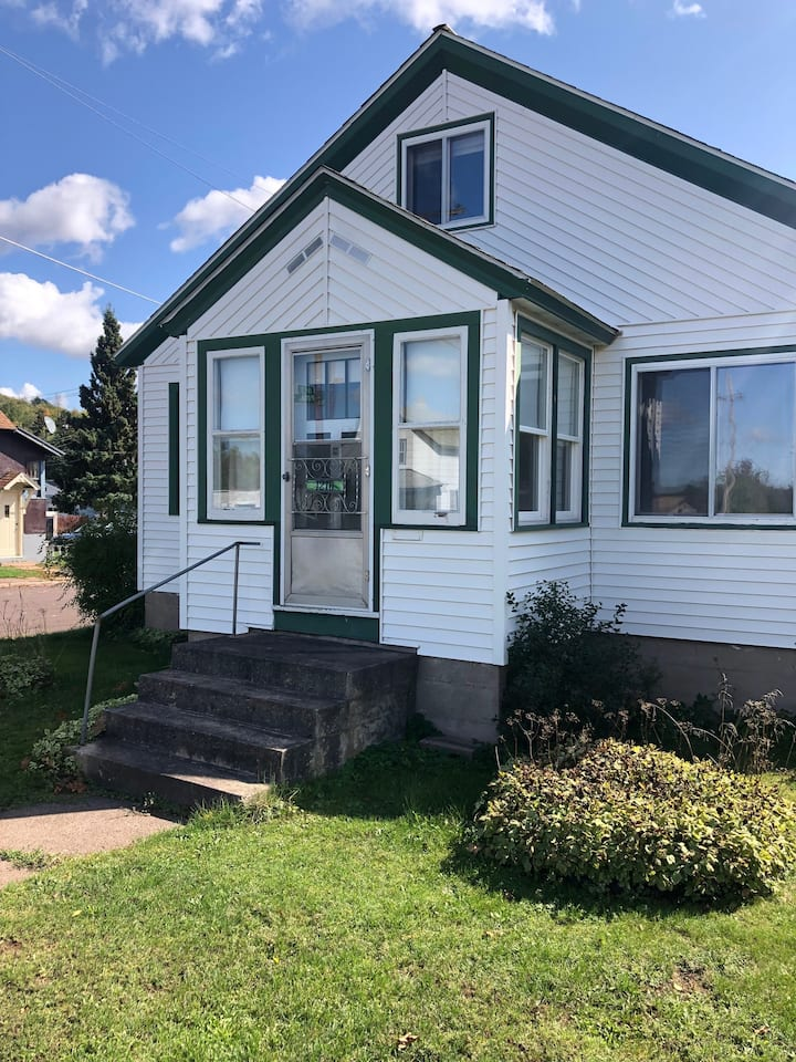 Putnam House: Cozy and across from the lake!