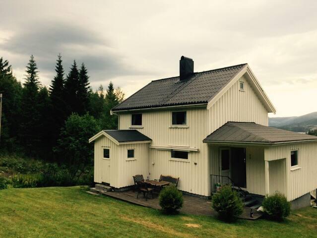 Hus på gård - Skjelsviksjøen - บ้าน
