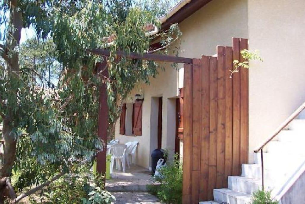 La terrasse, au Sud, qui donne sur le jardin