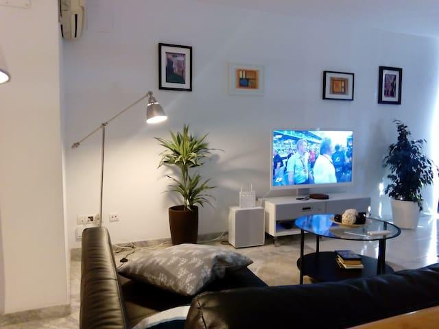 Room+terrace in a duplex byMetro Stop - L'Hospitalet de Llobregat - Huoneisto