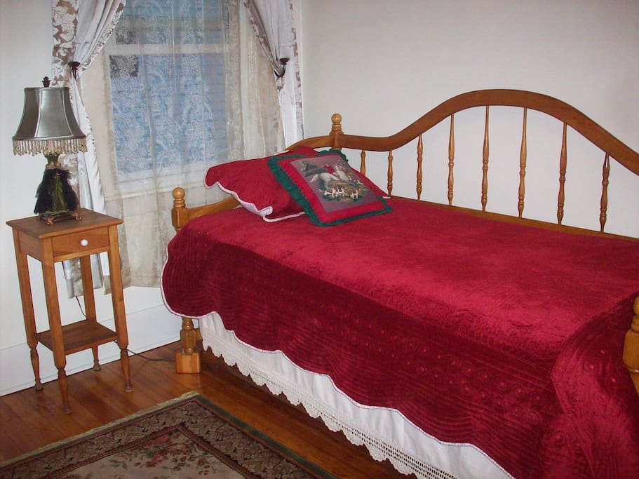 Keeneland Room-Comfortable single bed with real mattress