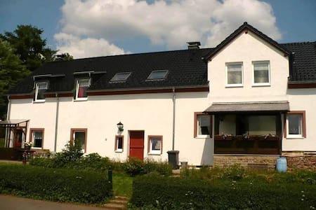 B&B Den lange Heiman, Eifel - Meisburg - 家庭式旅館