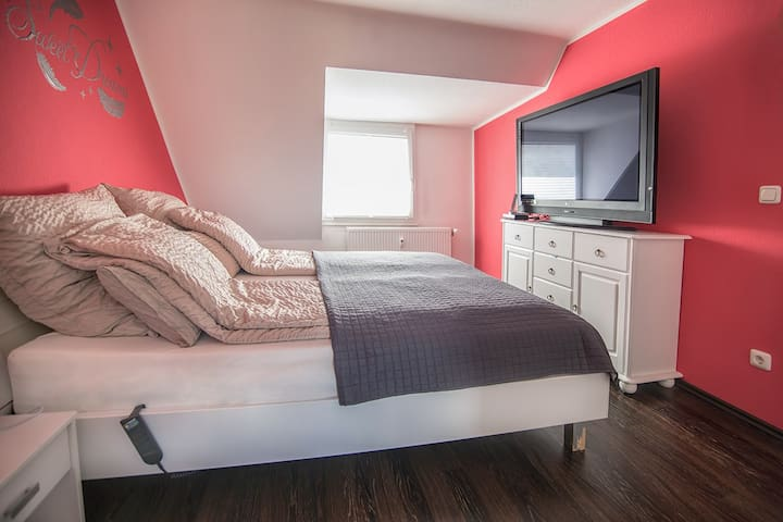 Schlafzimmer mit Kingsize Doppelbett und TV-Gerät mit DVB-T Receiver.