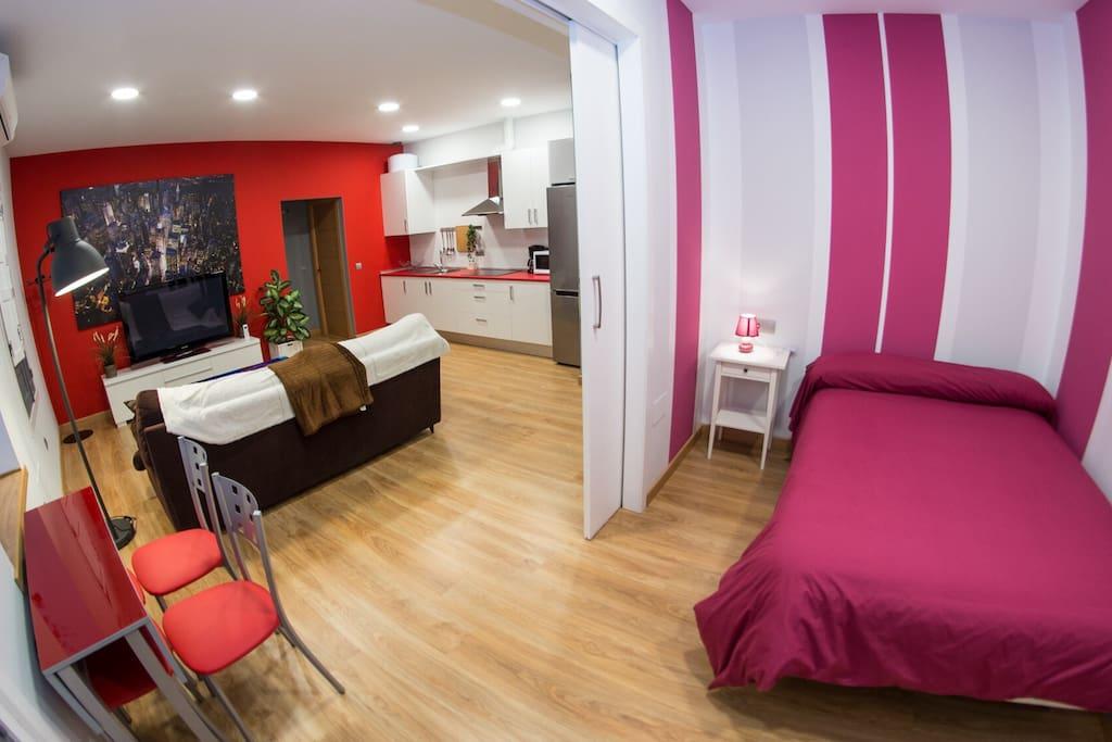 Dormitorio 2: Cama de 1,35m con puerta corredera para separar espacios.