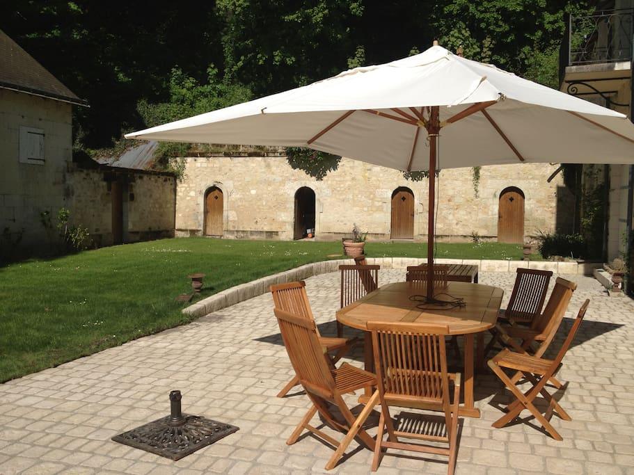 Grande terrasse avec Tables et Parasols