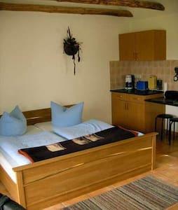 Ferienwohnung am großem Bade- und Angelteich für 2 Personen - Mühlen Eichsen - Apartment