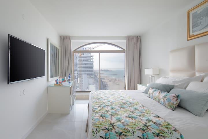 Luxury Hotel Living + Sea View & Pool - BerryStays