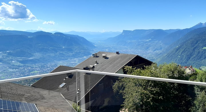 """Apartment Oberhochmuthof with Beautiful View at the """"Meraner Höhenweg""""; Wi-Fi and Parking Available"""
