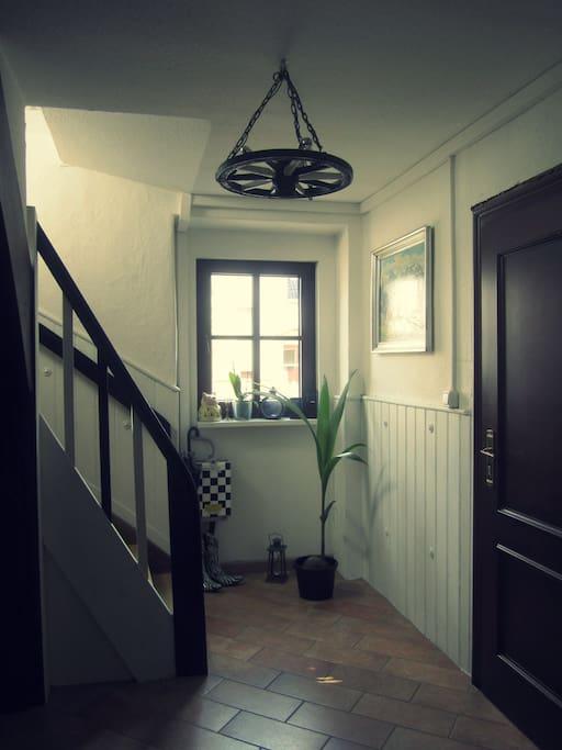 Eingangsbereich zwischen Schlafzimmer und Küche im rustikalen Stil. Das eigene Bad mit Dusche und Toilette befindet sich ebenfalls im Erdgeschoss.