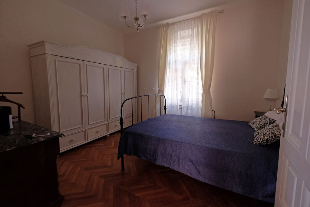 The Mimosa room is 15m2 large with comfortable bed of 140cm large and original historic furniture