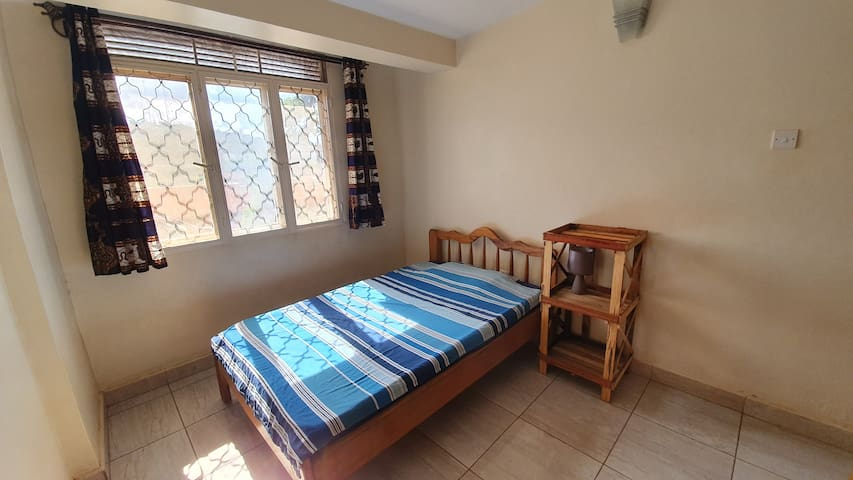 Casa Buli Kimu has a clean and bright bedroom with a small double bed. You have your own toilet and shower which are located in the hallway.