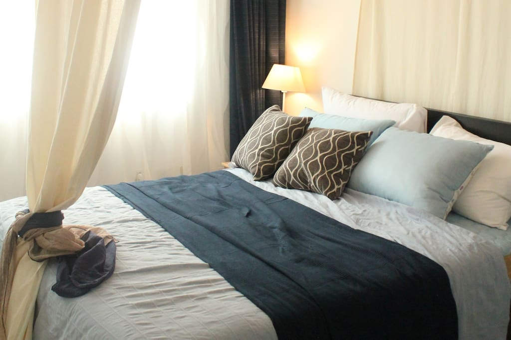 Room1 : comfortable queen size bed, bedding