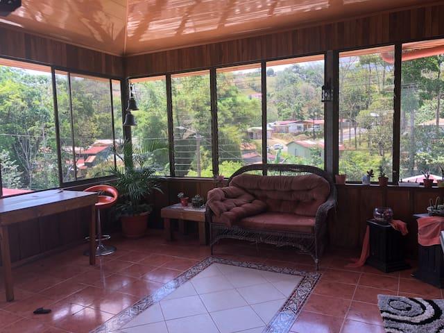 Balcón con vista hermosa a área natural con tucanes y lapas.
