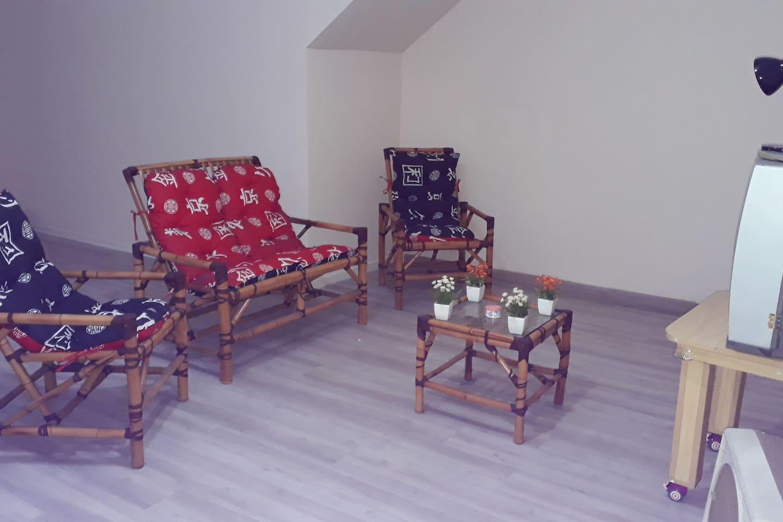 Sala e um espaço  kids ou espaço  para jogos de carta etc..