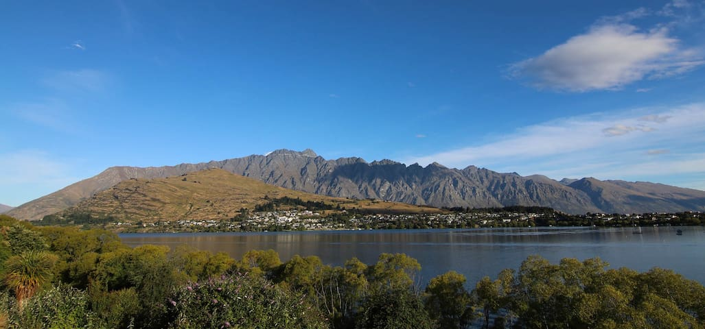 Single room by the lake, close to town - Queenstown - Huis