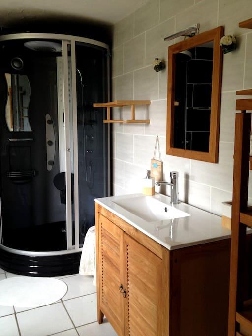 La salle de bain est équipé d'un mobilier contemporain, tout confort
