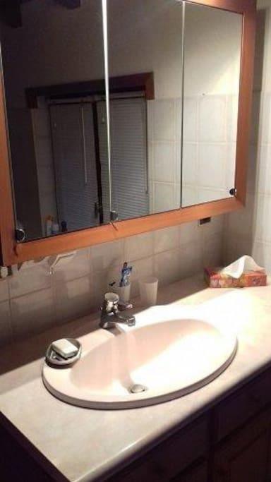 SDB partagée avec douche et WC