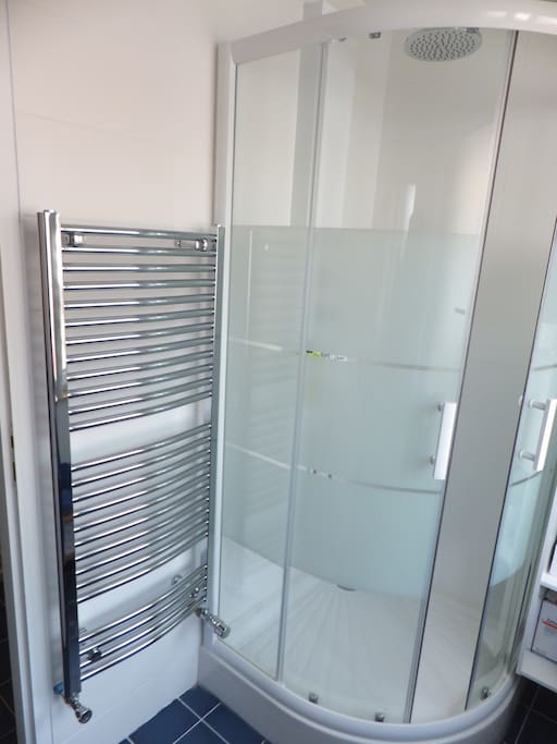 salle de douches lumineuse