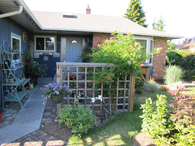 Cozy room on quiet street - Parksville - House