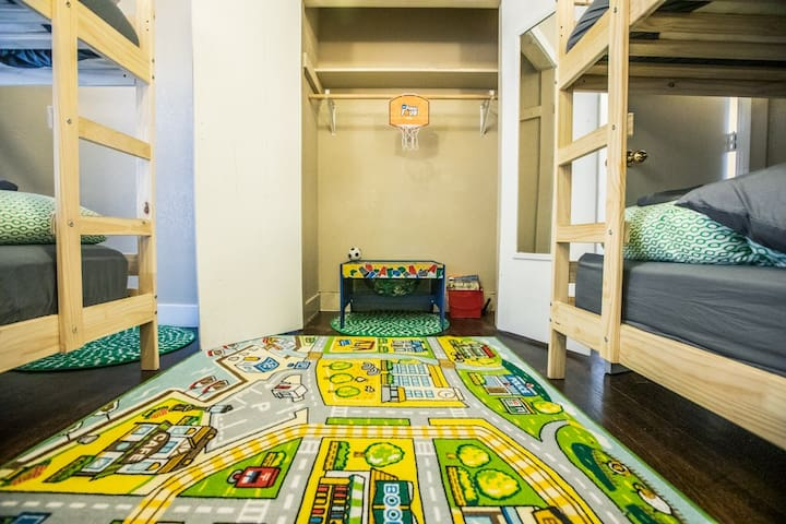Family Friendly. 2 blocks to the Plaza.  Sleeps10