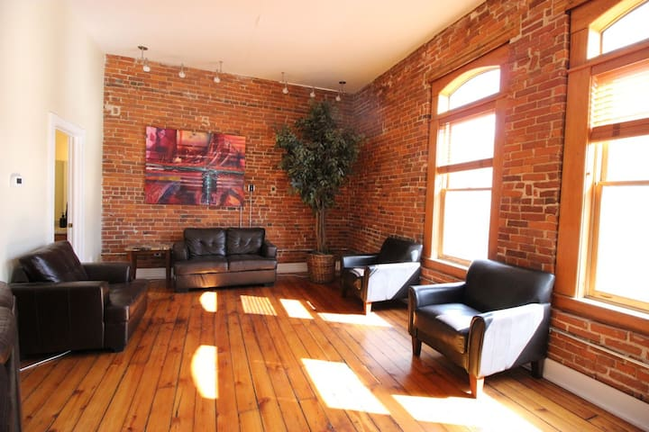 Huge Downtown Loft Perfect for Groups - No Events
