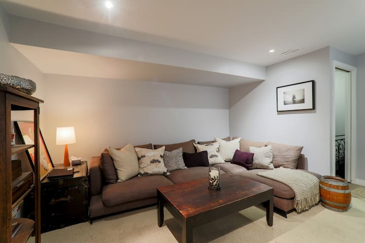 Bright one bedroom suite in heart of the Beaches