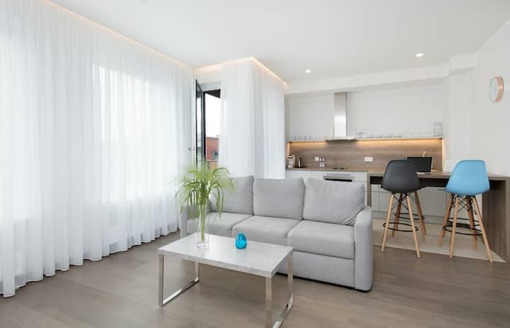 7, Smart serviced 1-bdrm suite w/rooftop