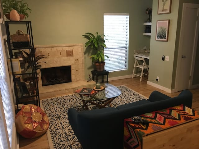 Worldly Condo- Walking Distance of South Congress
