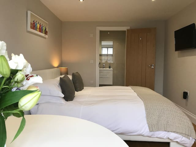Double room with ensuite & parking near to St Ives