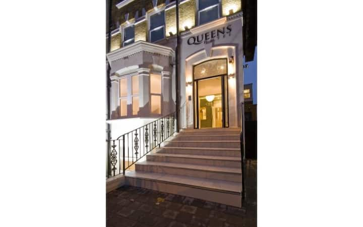 Queens Hotel - SINGLE ROOM - Breakfast & Wifi Inc