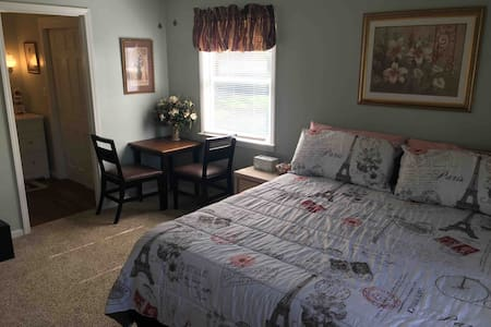 Master Suite 5 minute drive from downtown Branson!
