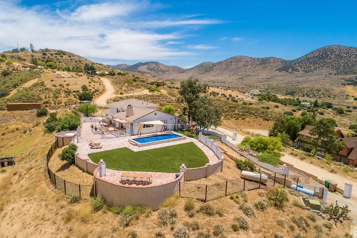 Agua Dulce hilltop hacienda with pool (30+ days)