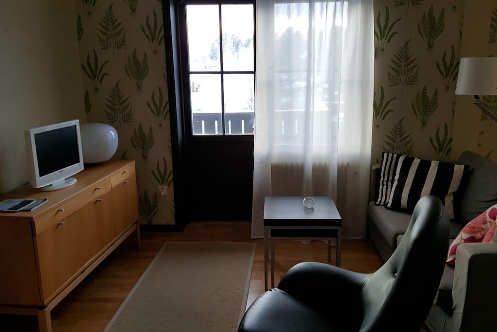 Öppet vardagsrum med kök & matplats.